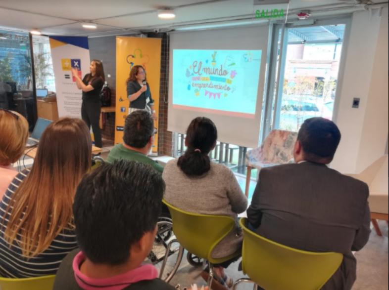 La panelista Verónica Zambrano se dirige a la audiencia del workshop para personas con discapacidad en IMPAQTO. A su lado se encuentra una intérprete de Lengua de Señas.