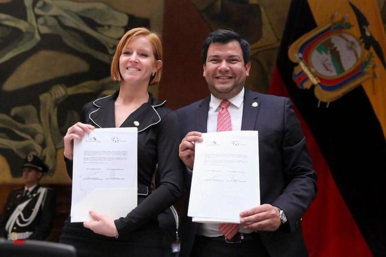 César Litardo, Presidente de la Asamblea Nacional del Ecuador, y Lorena Julio, Presidente de Fundación Comparlante posan para la fotografía mientras sostienen en sus manos el Acuerdo de Cooperación suscrito por ambas instituciones.