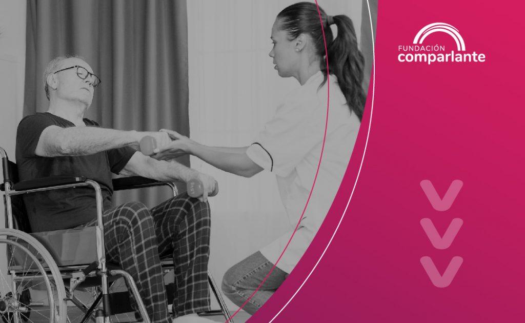 Imagen de persona con discapacidad y personal de salud trabajando por su recuperación. Logotipo fundación Comparlante.