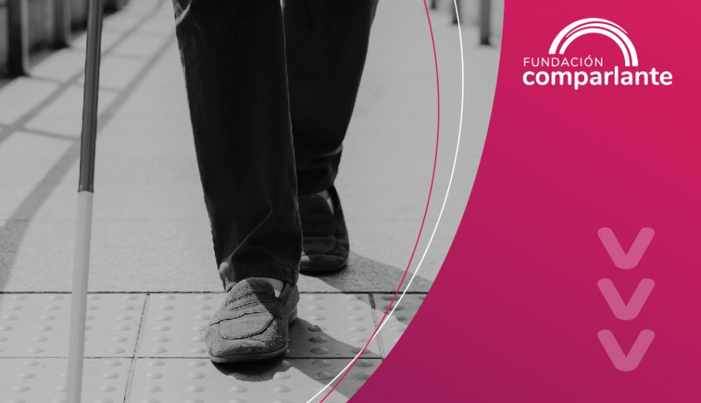 Imagen de persona con discapacidad visual en fondo rosa. Logotipo Fundación Comparlante.