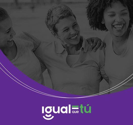 Imagen de tres mujeres jóvenes sonriendo abrazadas mirándose entre sí. Logotipo Igual que tú.