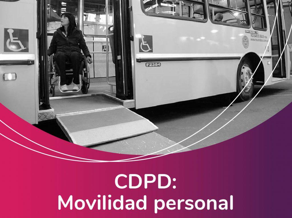 Imagen de una persona con discapacidad descendiendo en sillas de ruedas por una rampa de un bus. Acompaña la frase: CDPD Movilidad personal. Logotipo Fundación Comparlante.